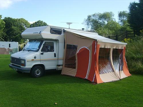 Unzulässigkeit ortsfester Vorbauten an einem Wohnwagen auf einem Campingplatz