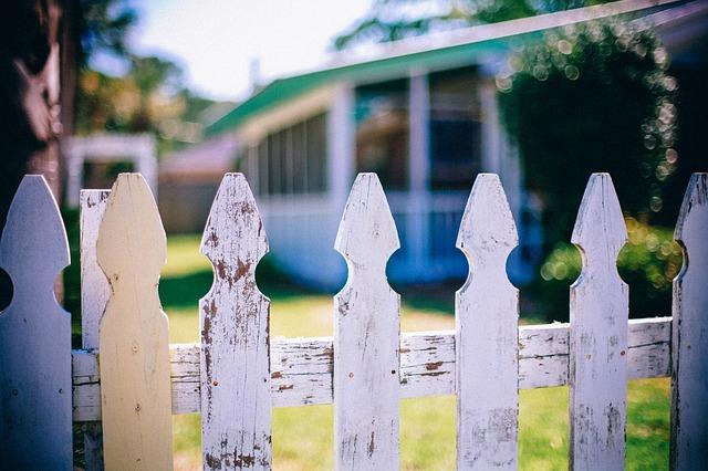 Das bauen direkt an der Grundstücksgrenze erweist sich nicht selten als Auslöser von Nachbarstreitigeiten.